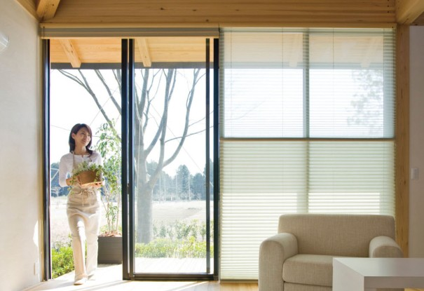 生地は上部にすっきりたたみこめるので窓からの出入りも簡単です