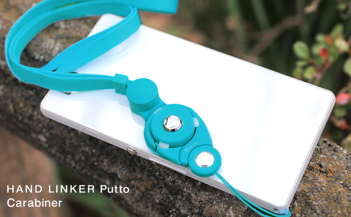 HandLinker Puttoをつけているスマートフォンが、木の上に置いてある画像