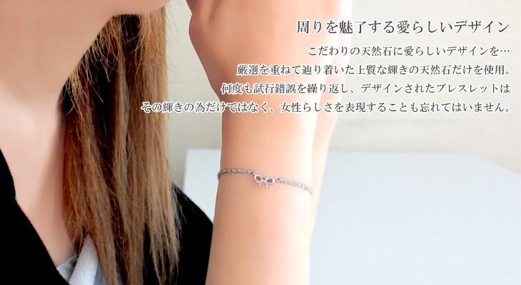 リボンモチーフ12誕生石ブレスレットを着用している女性の腕元