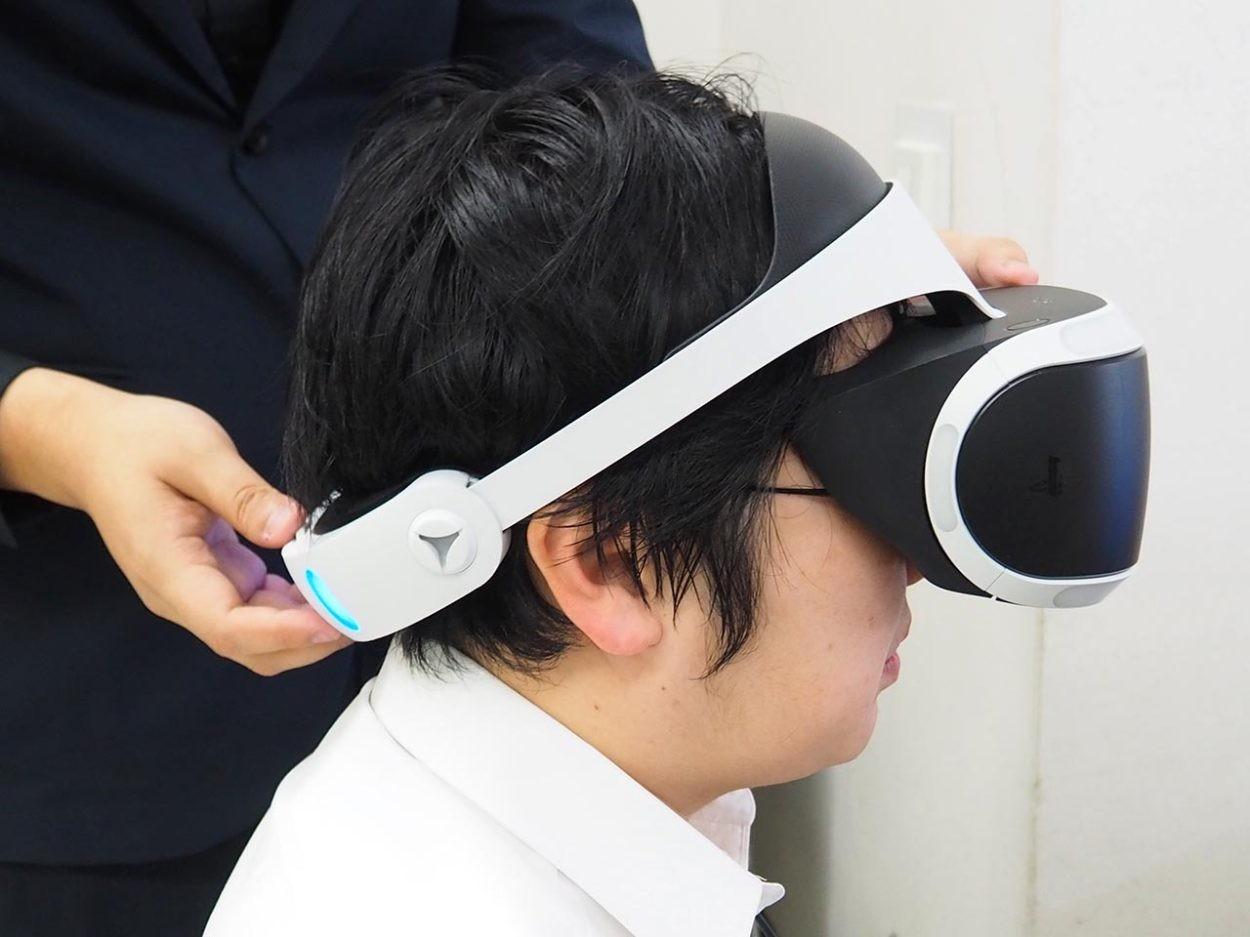 VRヘッドセットを装着