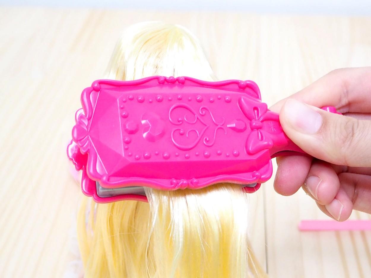 ワッフルメーカーで髪をはさむ