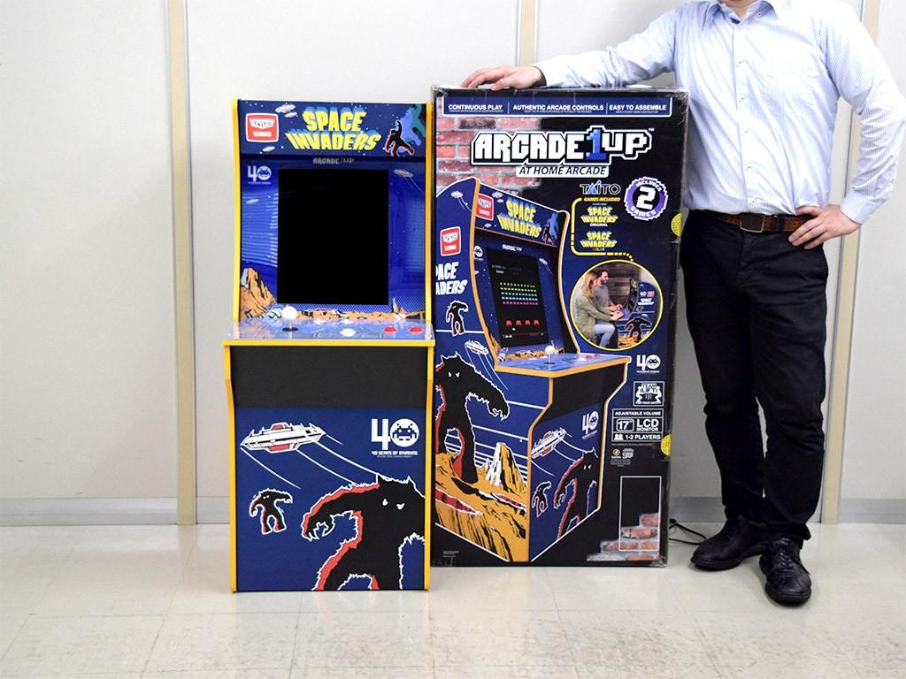 ゲーム機と箱とスタッフ