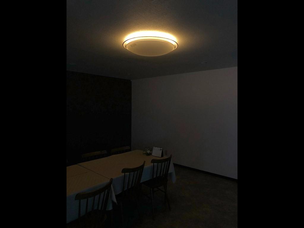画像よりは部屋は明るい印象です