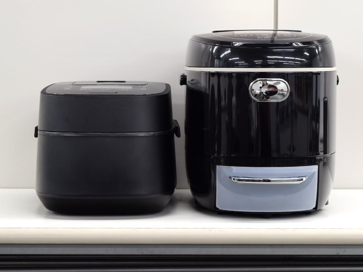 5合炊きの炊飯器(左)と比べても大きい!
