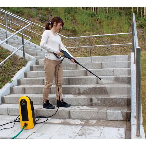 アイリスオーヤマ 高圧洗浄機 FBN-606 イエロー 屋外階段掃除シーン