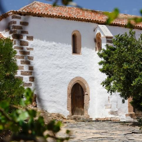 白い壁に木製の門扉 あこがれのフレンチカントリーの庭
