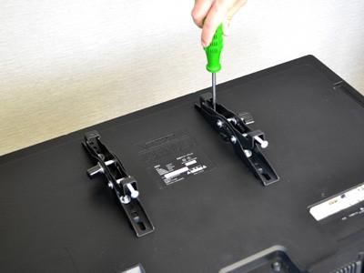■STEP3 テレビ背面にモニターブラケットを取り付ける