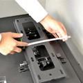 テレビ上側から金具上側までの距離・テレビ横側から金具横側までの距離を測ります。