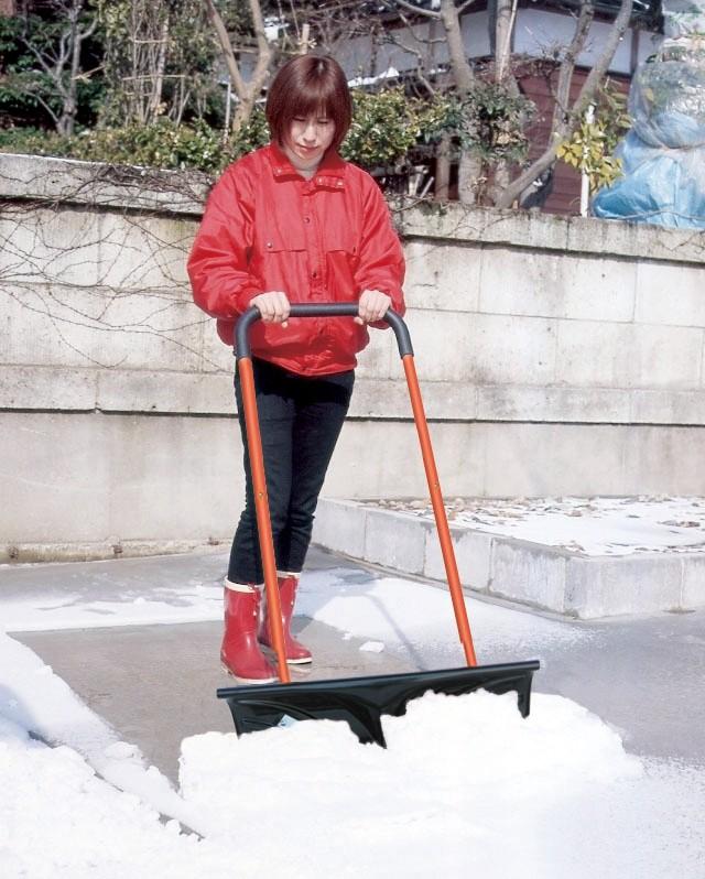 スノーダンプ キャスター付きで楽に除雪作業できます。ポッチでお好みの高さに合わせて高さ4段階調節が出来ます。工具不要の簡単組立式。  幅広仕様の66cmで、玄関先、駐車場の広いスペースも快適除雪。