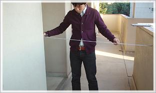 1. 玄関口のチェックポイント:玄関前の通路の奥行きをチェック。