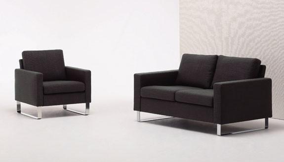 シンプルでシャープなデザインが設置場所を選ばないソファ