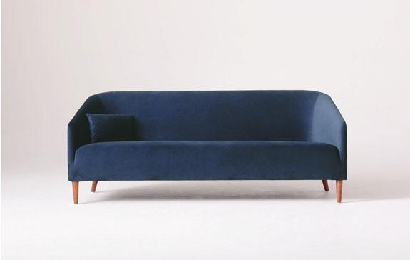 ベルベット調ダークブルーの生地の美しいソファ
