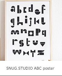 おもちゃのブロックをイメージして描かれたアルファベットのポスター