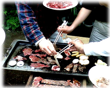お肉などの盛皿には紙皿ホワイト11号、取り皿には紙ボウル450mlを使用しました