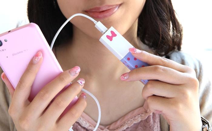 女性が充電器でスマホの充電をしている画像