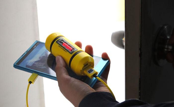 ドアの前で充電器を持っている画像