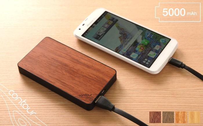 ローズウッドの充電器でスマートフォン充電している画像。