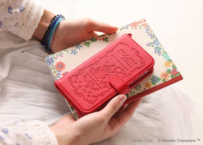 女性がミイのケースを持っている画像。