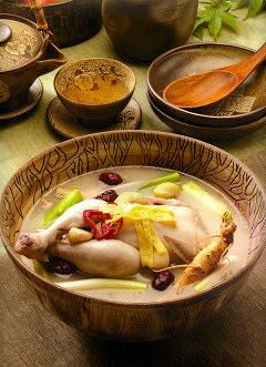厳選したひな鳥の腹に、高麗人参、なつめ、クコなどを詰め込んでじっくり煮込んだ滋養深い美味しさ