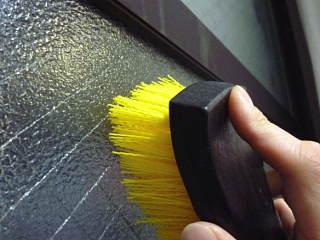 ※でこぼこした型板ガラスの表面は、意外なほどによく汚れています(喫煙:ヤニ汚れ/道路沿い:排気ガス&スス/結露:黒カビなど)拭いただけでは落ちきれないのでブラッシングが必要です。タオルの上にブラシを当ててこするのが上手いお掃除のコツです。