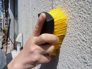 ※浴室や屋内のみならず、屋外・外壁の掃除にも便利です。優れた耐久性と耐水性、剛性のあるハードな毛先で頑固なコケや排気ガス汚れを取り除きます。台所用中性洗剤を泡立てながら作業するのが基本ですが、落ちにくい排気ガスやススの汚れには「キッチンの油汚れ用つけおき用クリーナー」との併用が効果的です。