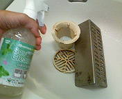 【浴室小物1】特に不衛生になりがちな排水口周りの部材。カビやぬめり(雑菌)、皮脂汚れで触るのも抵抗がありますね。
