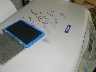 プリンタ表面についたインクやスタンプ、マジックの跡。そして手垢がいっぱい