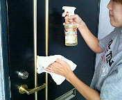 【玄関ドア】玄関はお家の「顔」ですね。洗浄後は外気の汚れやホコリをつけにくくし、艶出しワックス効果を生み出します。