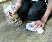 【フローリング】スプレーして乾いた布で拭きます。皮脂汚れを落とすと同時に除菌&天然のワックス効果も生まれます。