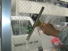 タバコのヤニ、お子様のよだれ、手垢、排気ガス、花粉などで汚れて視界が悪くなったガラスに、水を多めに含ませた雑巾で満遍なく水を塗布して…