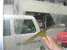 このスクイジーで車のワイパーのように水を切るだけ。目の前に綺麗な視界が広がります。窓以外にも、お風呂の天井や壁面の水切りに。