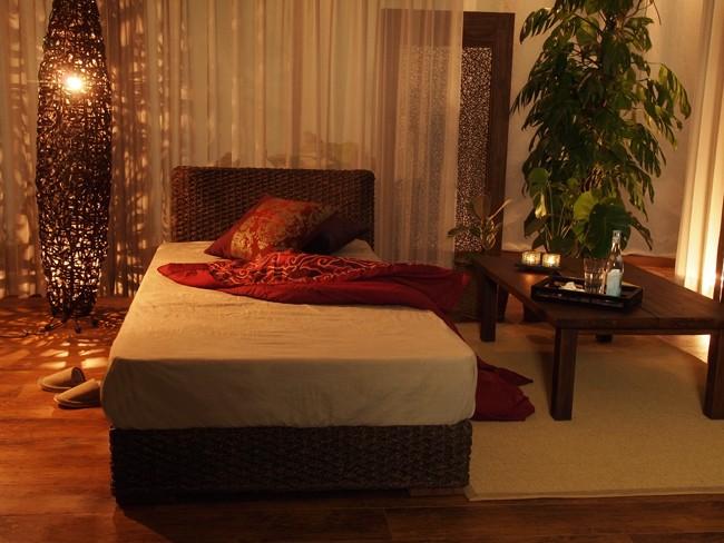 寝室をインドネシア、バリ島の魅惑のアジアンリゾート空間に。アジアン家具アクビィシリーズ。ウォーターヒヤシンスのセミダブルベッド