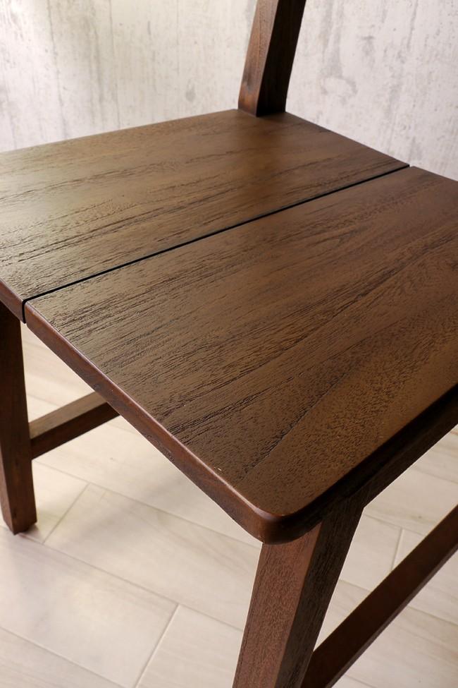 椅子に使用しているチーク無垢材の木肌拡大図