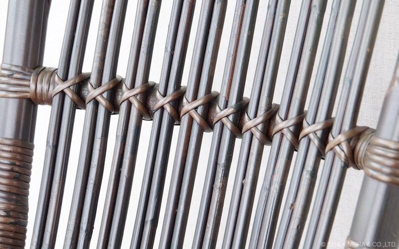メイン素材は、軽くしなやかながらも強靭なラタン(籐)を使用してたダイニングチェアです。