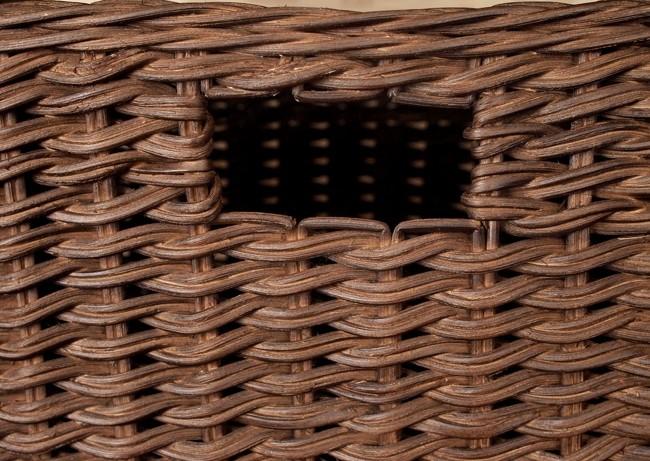 軽くしなやかで丈夫なラタン(籐)をしっかり編み上げた小物入れカゴです