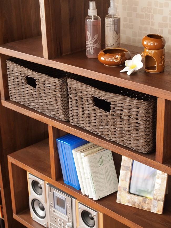 アジアン家具アクビィシリーズの収納ラックにぴったり収まるサイズの収納バスケット