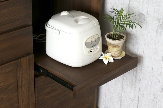 炊飯器もすっぽりおさまる便利なスライドレールの付いた収納スペース