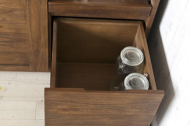 お鍋やフライパン、調理器具や食品類のストックもたっぷり収納できます。