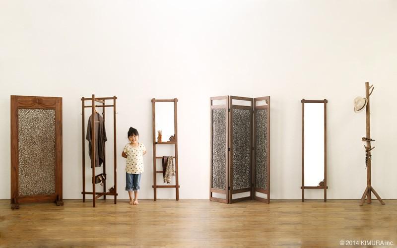 リビングをバリ島の癒やしのヴィラ空間に。アジアン家具アクビィシリーズのチーク無垢木を贅沢に使用した姿見用鏡です。