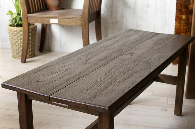 毎日の食卓をバリ島の癒やしのヴィラ空間に。アジアン家具アクビィシリーズのチーク無垢木を贅沢に使用したベンチスツールチェアです。 シンプルで飽きの来ない洗練されたデザイン。 チークの素材感をそのまま活かし、 この世に2つとない木目のデザインをお楽しみいただけるダイニングベンチです。
