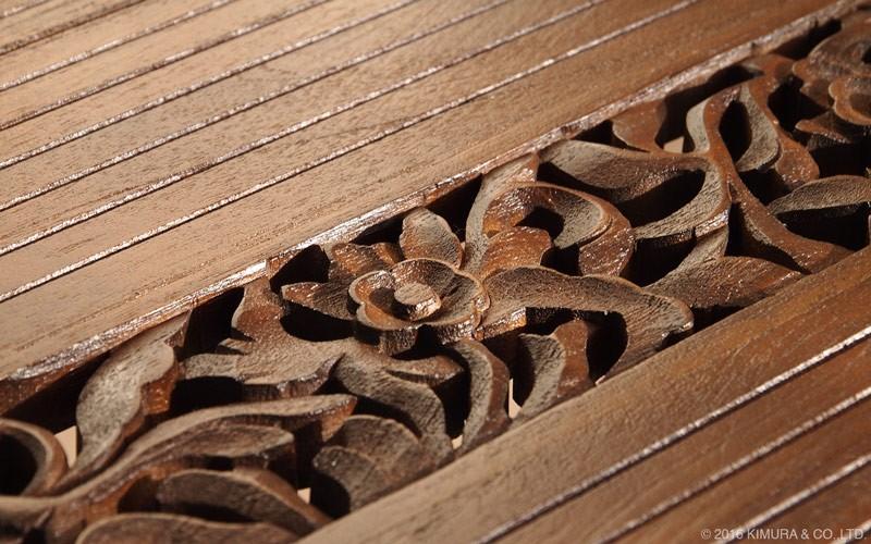 お部屋が上級アジアンスタイルに一変。テーブルのガラス天板の下部には豪華なインドネシアの職人による手彫の彫刻が施されています。アジアンエスニックで高級感あるデザインです。