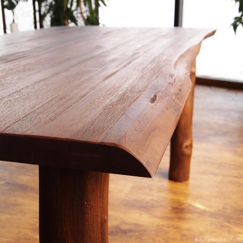 チークの木材の形を活かしたナチュラルでおしゃれなデザインのダイニングテーブルです。