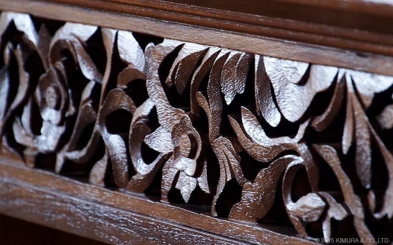 テレビ台の上部には豪華なインドネシアの職人による手彫の彫刻が施されています