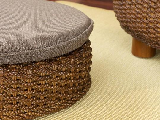 ついつい集まってしまうようなそんなリビングに。アジアの水草「ウォーターヒヤシンス」を編み上げた情緒溢れるエスニックな座いすです。アジアンスタイルなお部屋にはもちろん、日本の家屋に合わせてもすっと馴染むデザイン。腰を据えて輪になって楽しむリビングをつくります。