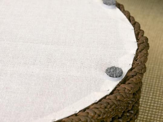 材料に使われているウォーターヒヤシンスとは布袋葵(ホテイアオイ)のことで淡水に生息する水草の一種です。繁殖性が非常に高いため、環境の維持に優しいエコロジー素材です。家具等にはこの水草を乾燥させて撚ったものを編み材として職人がひとつひとつ丁寧に編み上げてつくられています。ボリュームのある手編み感と重厚な素材感が、独特の温かみのあるアジアンテイストを演出します。天板には強化ガラスを採用しています。