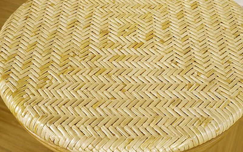 温泉旅館やホテル・岩盤浴などでも使われている業務用品質のスツール。すっきりとした美しいデザイン。様々な場所になじみ易い、自然な風合いです。座面は職人手編みの籐アジロ編み仕上げなので、丈夫で程良い弾力があります。