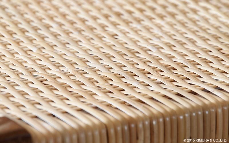 クッションなしでも座れる程よい弾力。チェアのフレームから座面まで材料のもつ特性を活かし自然素材にこだわった仕上がり