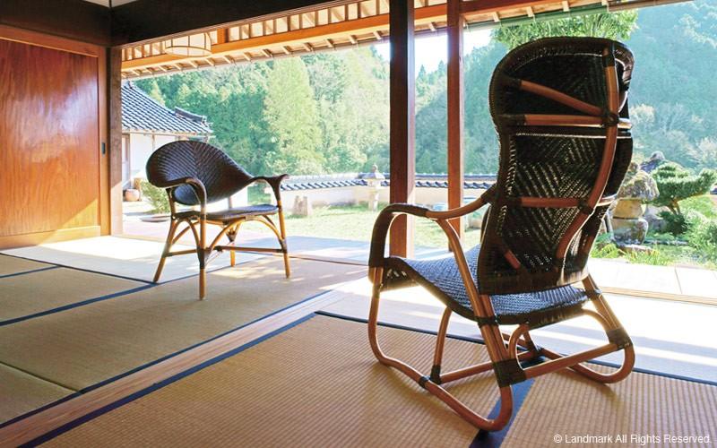 100年にわたってラタン家具をつくり続けてきたラタンメーカーが、品質と用途にこだわりぬいたシリーズです。日本の製法で日本人の技師の指導のもと、インドネシア現地の熟練職人が圧倒的な手間隙をかけてひとつひとつ丁寧に手編みによってつくられた最高の逸品です。