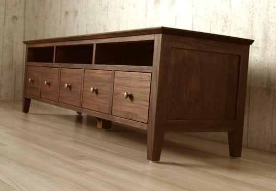 素材感を活かしたシンプルでモダンなデザインのテレビ台。末永くお使いいただけます。