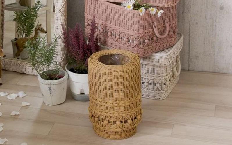 時には華やかに時にはクラシックに。ロマンティックな装いをプラス。華やかでかわいらしいラタン製ごみ箱。